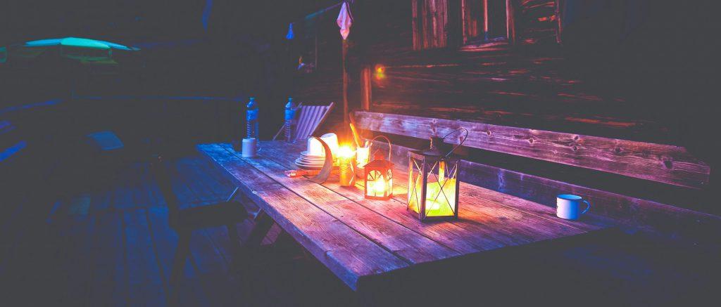 Tuinmeubelen trends voor deze zomer: kaarsen en lantaarns op tafel